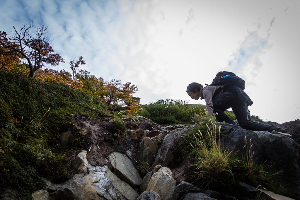 El Chaltén - Trilha para Laguna Sucia - Bruna escalando