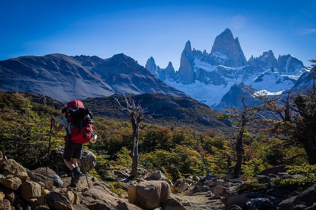 El Chaltén - Trilha para Laguna de Los Tres - Bruna e as montanhas ao fundo