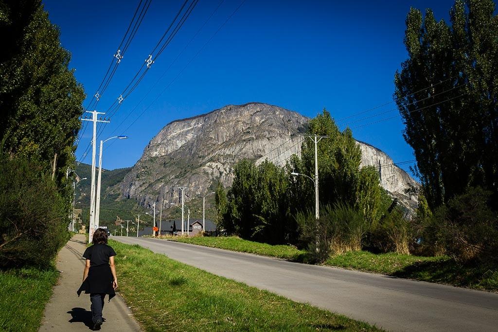 Coyhaique - Bruna caminhando com o Cerro Mackay ao fundo