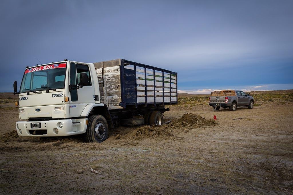 Puerto Deseado - Desencalhando o caminhão