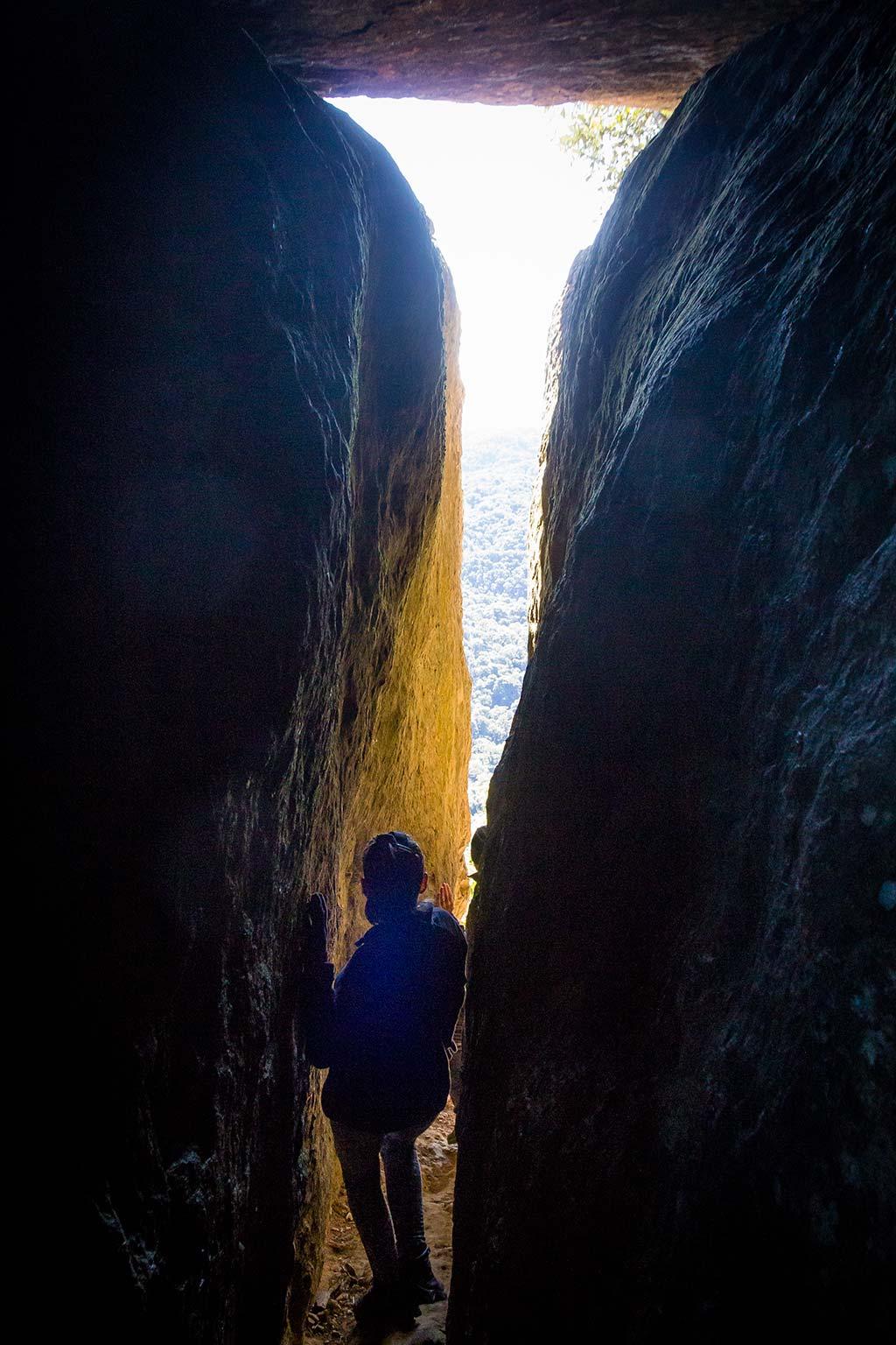 Trekking Castelo dos Bugres - Bruna saindo da caverna