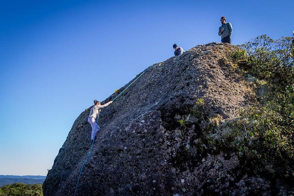Trekking Castelo dos Bugres - Bruna subindo a pedra