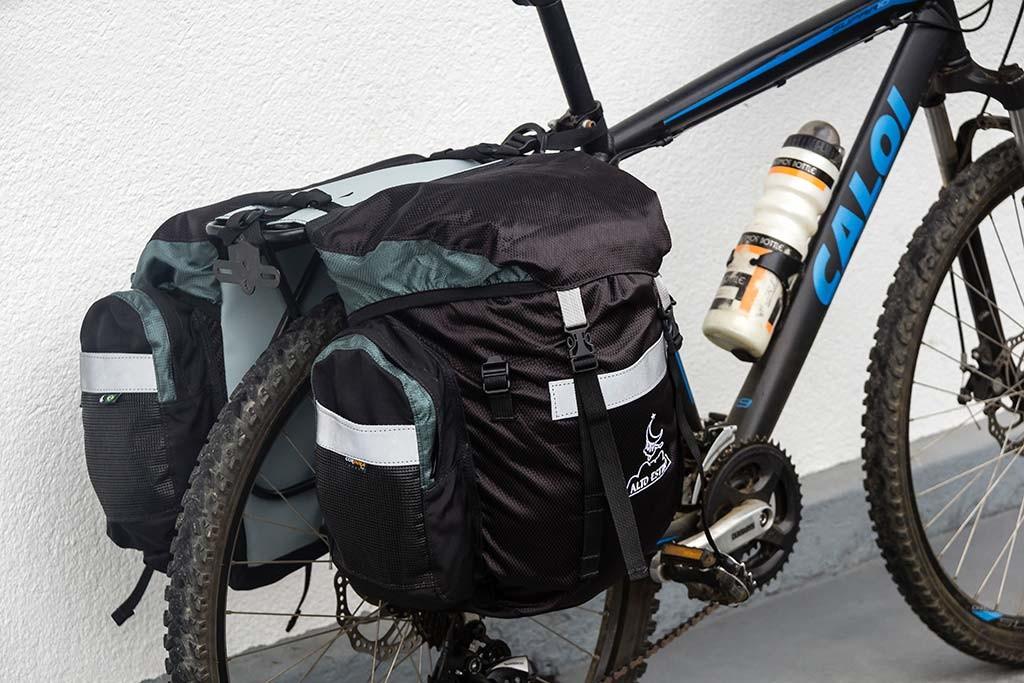 Cicloturismo Vale Europeu - Bike pronta com os alforjes Alto Estilo 60l e a bolsa de guidão Ararauna 11l