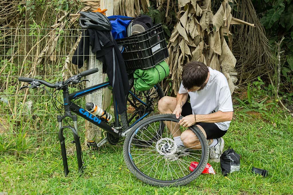 Cicloturismo litoral norte de SC - Dia 1 - Diego Trocando pneu