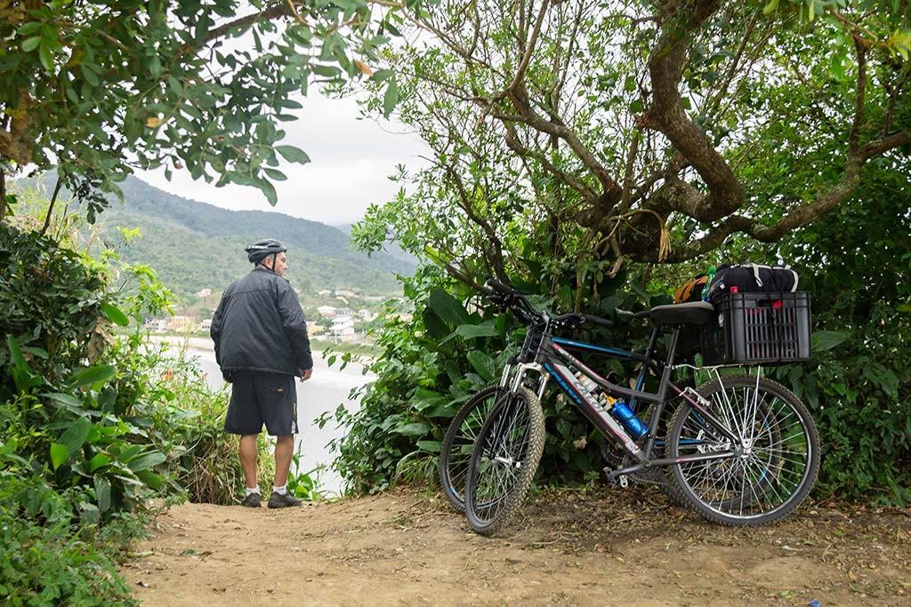 Cicloturismo litoral norte de SC - Dia 2 - Meu pai chegando na Ponta do Vigia